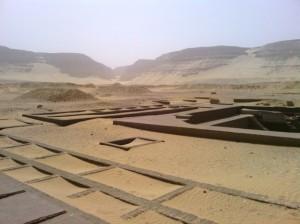 Монументальные гробницы на кладбище царей в Абидосе