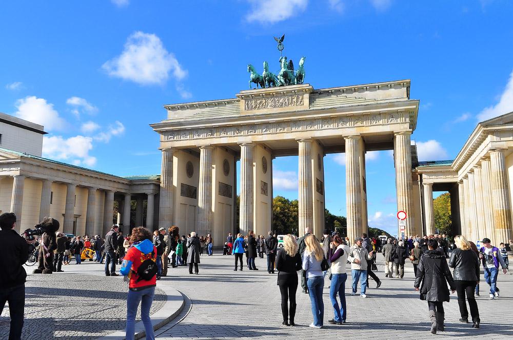 Ультраправая антиисламская группировка провела акцию прямо на вершине Бранденбургских ворот