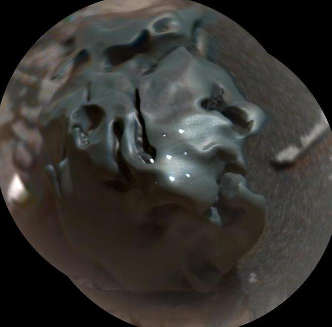 Curiosity Rover нашел на Марсе метеорит