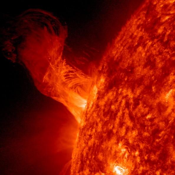 Солнечное извержение возвышается над поверхностью Солнца 31 декабря 2012 года. По данным НАСА относительно небольшие извержения вырываются в высоту на 160000 миль от Солнца. Это примерно 20 диаметров Земли. (Фото: NASA / SDO через Getty Images)